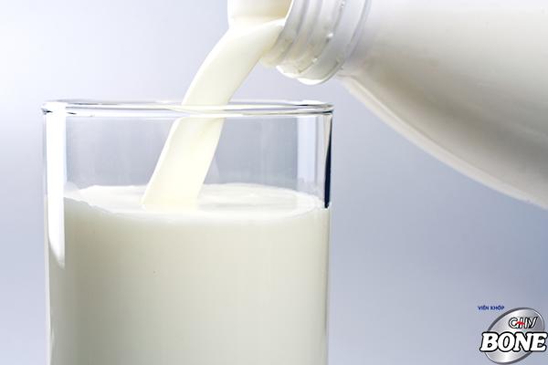 Sữa là đồ uống rất tốt giúp phục hồi các bệnh xương khớp.