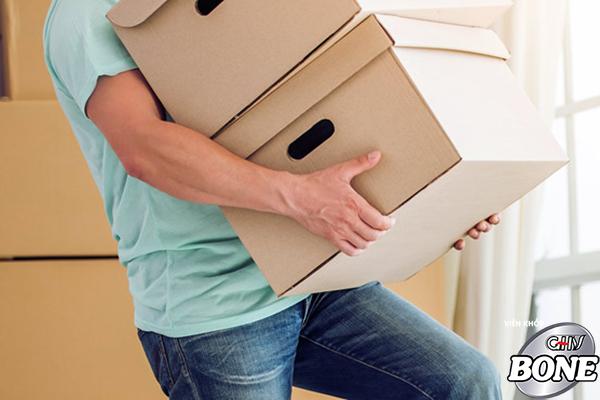 Thường xuyên mang, vác, đẩy, kéo các vật nặng không đúng tư thế là Nguyên nhân gây ra thoái hóa cột sống