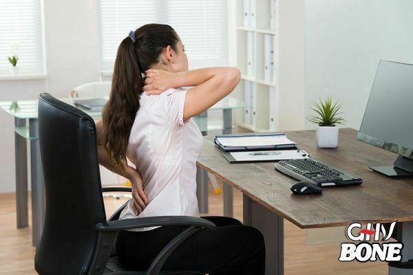 Dân văn phòng thường bị đau vai gáy do ngồi sai tư thế