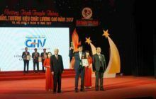 Ông Nguyễn Văn Lam - TGĐ Cty CP Dược phẩm Goldhealth nhận cúp và bằng chứng nhận từ BTC