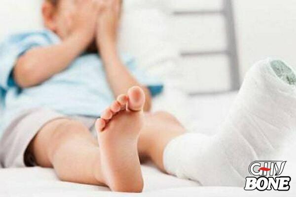 Trẻ có thể bị teo cơ, cứng khớp cần phẫu thuật nếu viêm khớp quá nặng