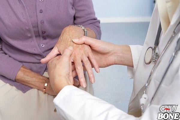 Bác sĩ thăm khám và điều trị là giải pháp tốt nhất chữa thấp khớp cấp
