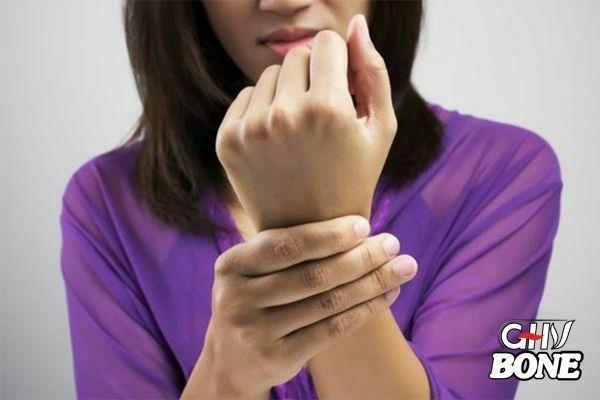 Viêm khớp cổ tay khiến tôi không cầm nắm được