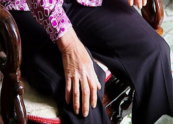 Bà Lanh phải nhón chân mỗi lần lên xuống cầu thang