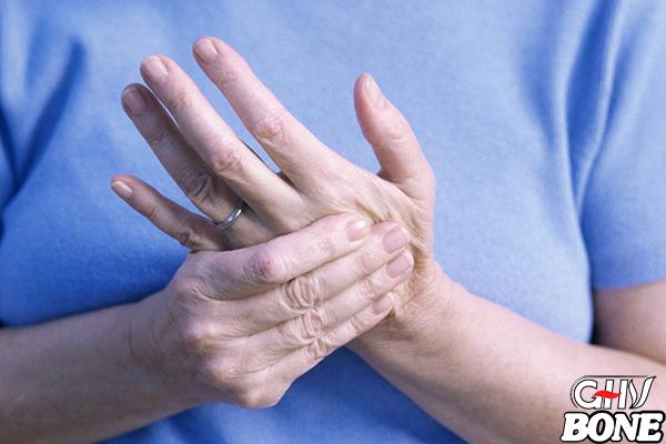 Đau cứng và khó cử động ngón tay là triệu chứng dễ nhận biết nhất của đau khớp ngón tay