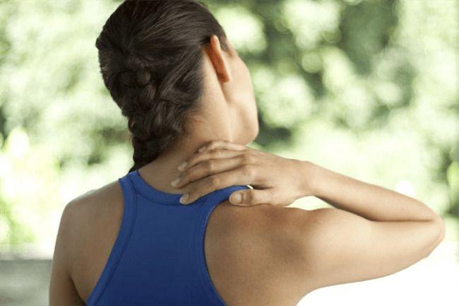 Cổ cứng, khó chuyển động và đau nhức là dấu hiệu rõ nhất của thoái hóa đốt sống cổ