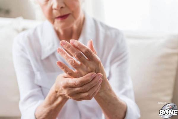 Các bệnh nhân bị cứng khớp gánh chịu hậu quả nặng nề như biến dạng khớp, vẹo cột sống, tàn phế