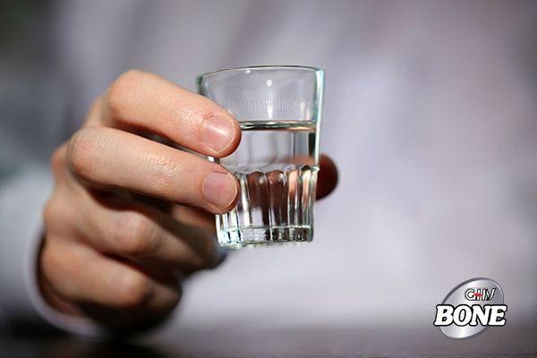 Lạm dụng rượu có thể làm tăng viêm và gây bất lợi cho thấp khớp.