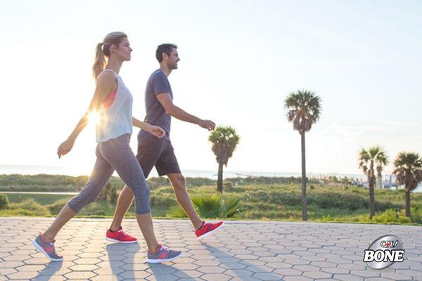 Đi bộ giúp giảm đau cột sống tạm thời