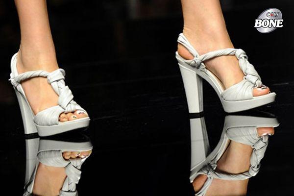 Thường xuyên mang giày cao gót có thể khiến bạn đau hông khi về già