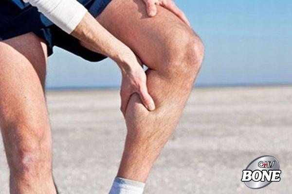 Việc loãng xương mà glucocorticoids gây ra có thể là do tác động trực tiếp của chúng lên xương, yếu cơ hoặc bất động