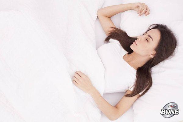 Nằm ngửa là tư thế tốt nhất để cho toàn bộ cột sống của bạn được nghỉ ngơi thoải mái