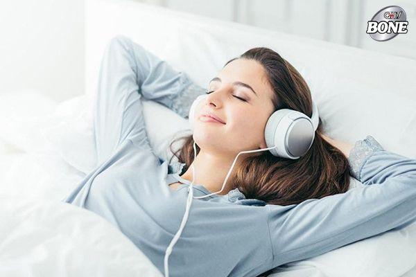 Sử dụng tai nghe giúp phòng tránh đau cổ