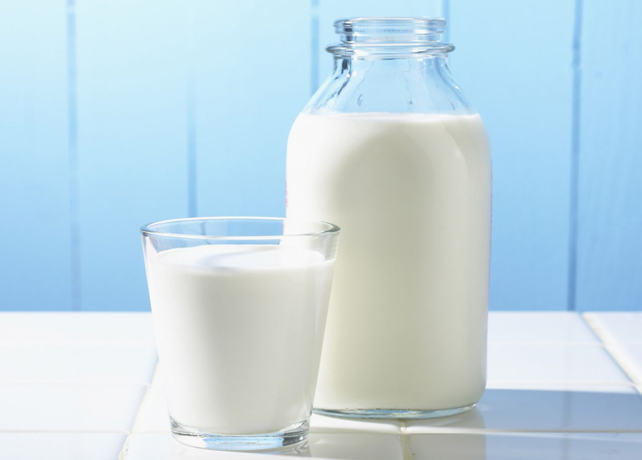Sữa là thực phẩm giúp bổ sung canxi cho người bị thoái hóa cột sống lưng