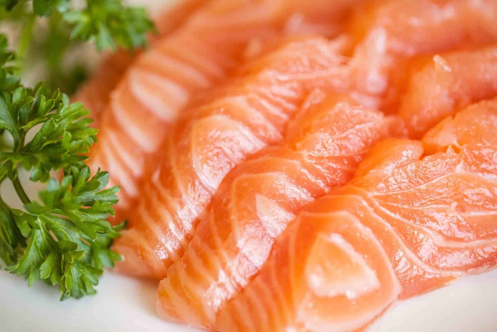 Cá hồi là một trong những loại thực phẩm tốt cho sụn khớp gối