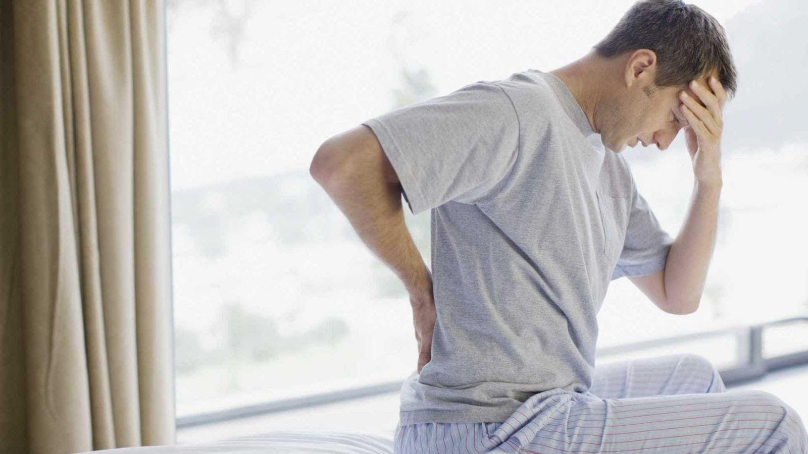 Không có triệu chứng rõ ràng nhưng sẽ thấy đau ở cổ vai hay thắt lưng