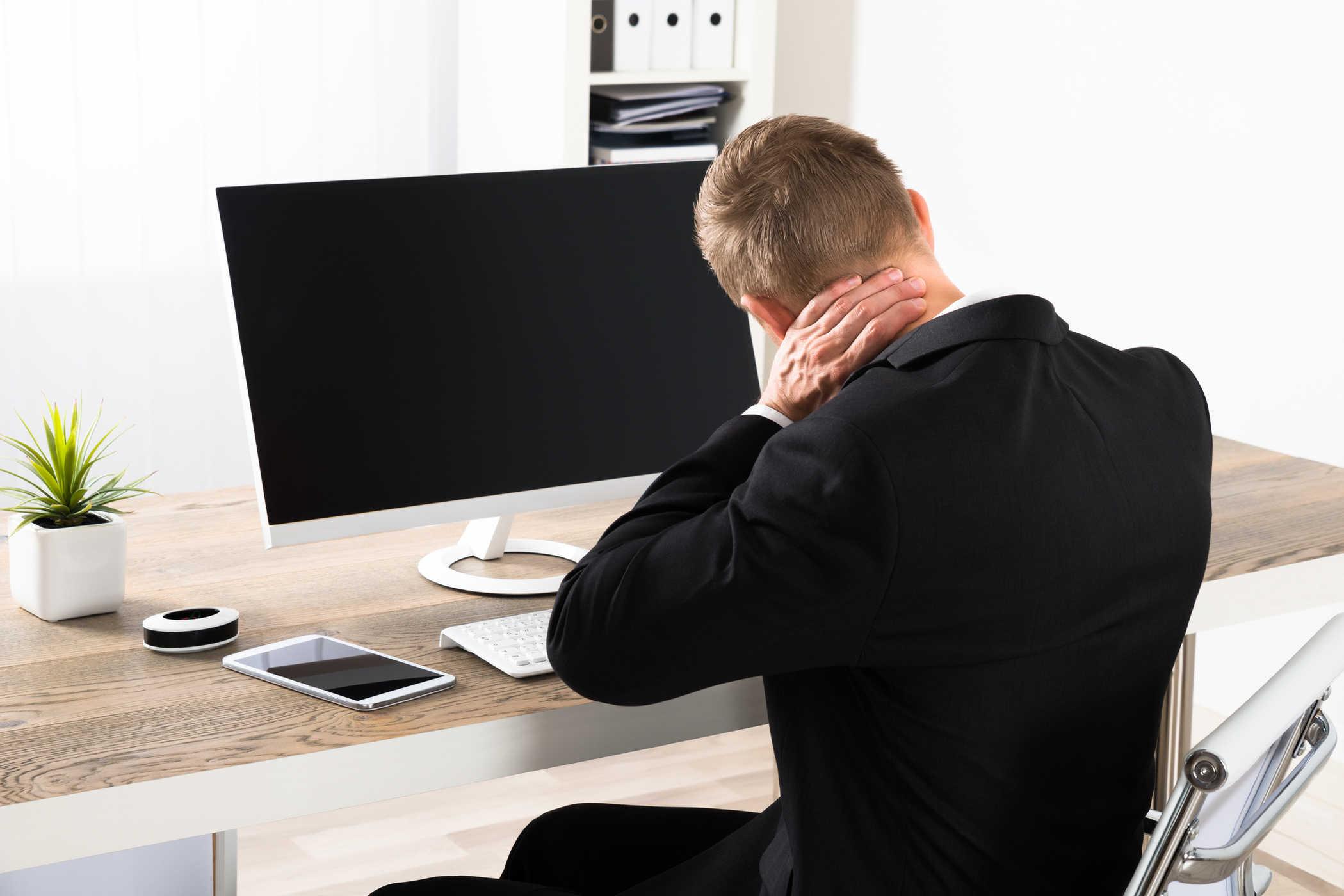 Nhân viên văn phòng làm là một trong những đối tượng dễ bị thoái hóa đốt sống cổ