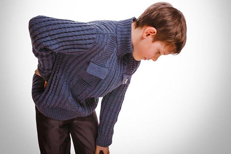 Biểu hiện ban đầu của bệnh là những cơn đau nhẹ, bé bị sốt không rõ nguyên nhân
