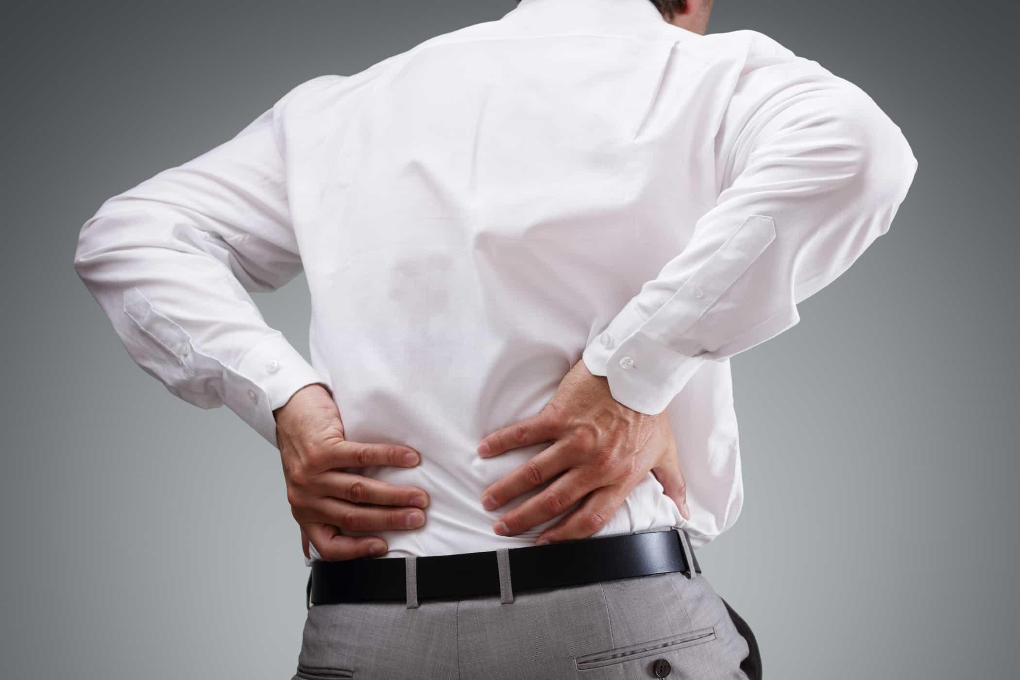 Đau ở vùng lưng là dấu hiệu nhận biết bệnhgai cột sống thắt lưng