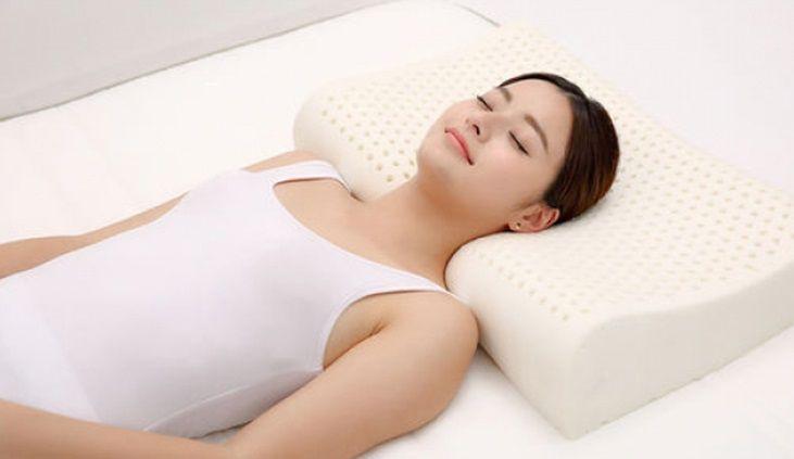 Người bị đau vai gáy nên dùng gối cao su non