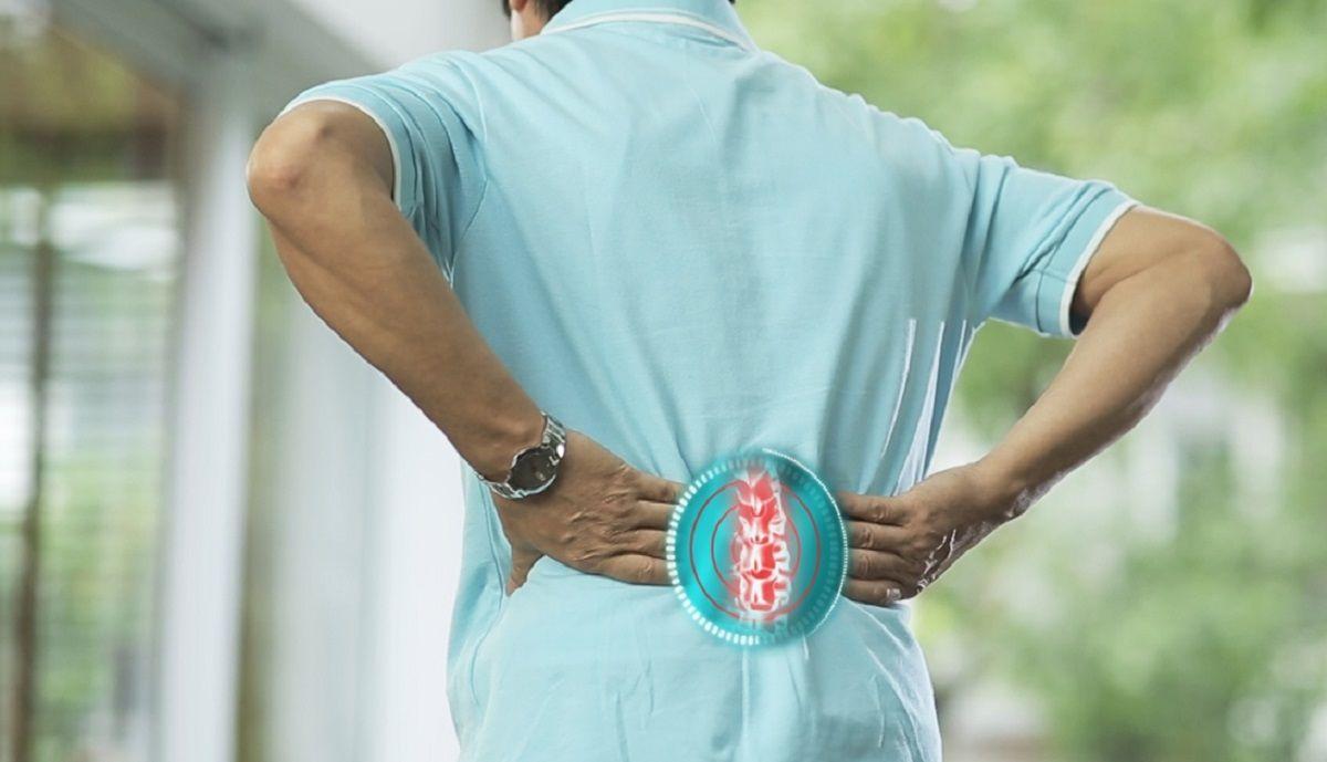 Người bệnh thường xuyên cảm thấy đau ở vùng lưng và cột sống