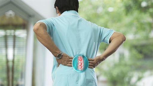 Đau vùng thắt lưng là triệu chứng điển hình của gai cột sống thắt lưng