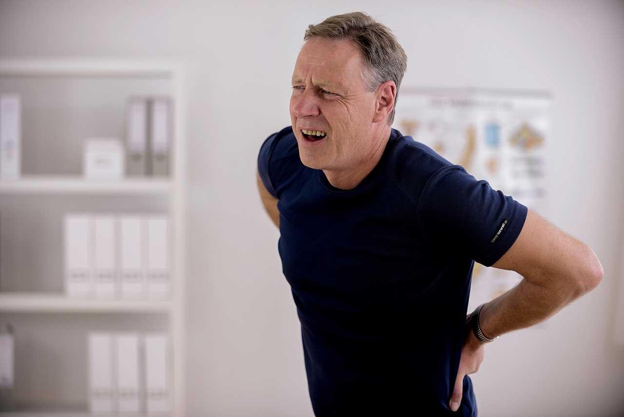 Đau nhức vùng thắt lưng là triệu chứng điển hình của gai cột sống thoát vị đĩa đệm