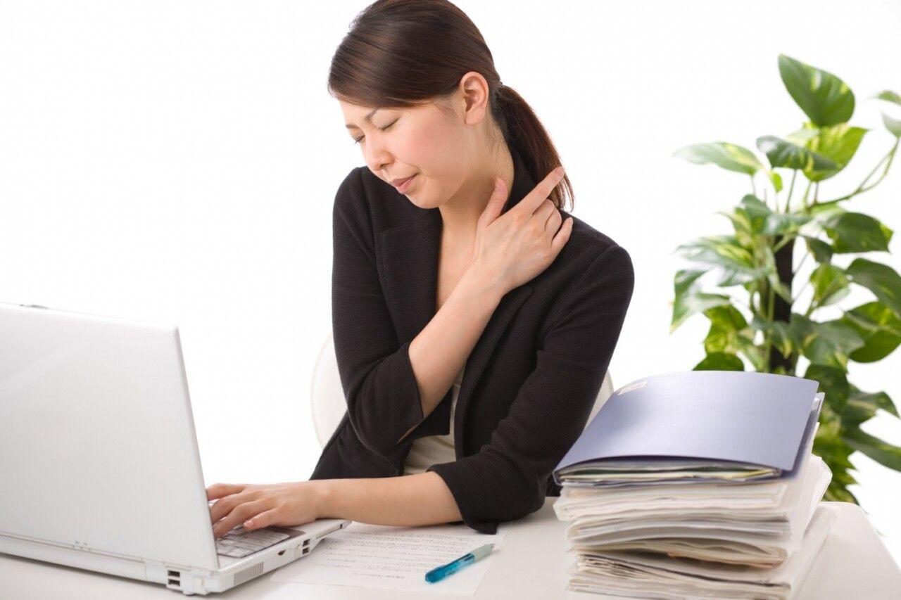 Khi mới bị thoái hóa đốt sống cổ, người bệnh sẽ có triệu chứng mỏi cổ, cổ cứng khó xoay chuyển kèm với dấu hiệu đau cổ, sau đó lan xuống vai.