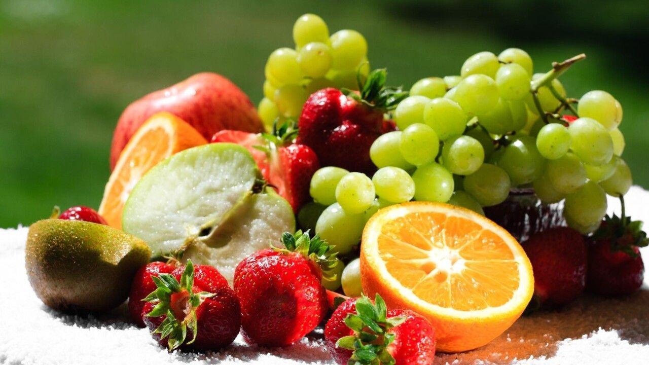 Các loại trái cây tươi cũng là một gợi ý giàu vitamin cho bệnh nhân thoái hoá cột sống. Đặc biệt là các loại trái cây có vị chua như cam, chanh, dâu, việt quất và táo xanh