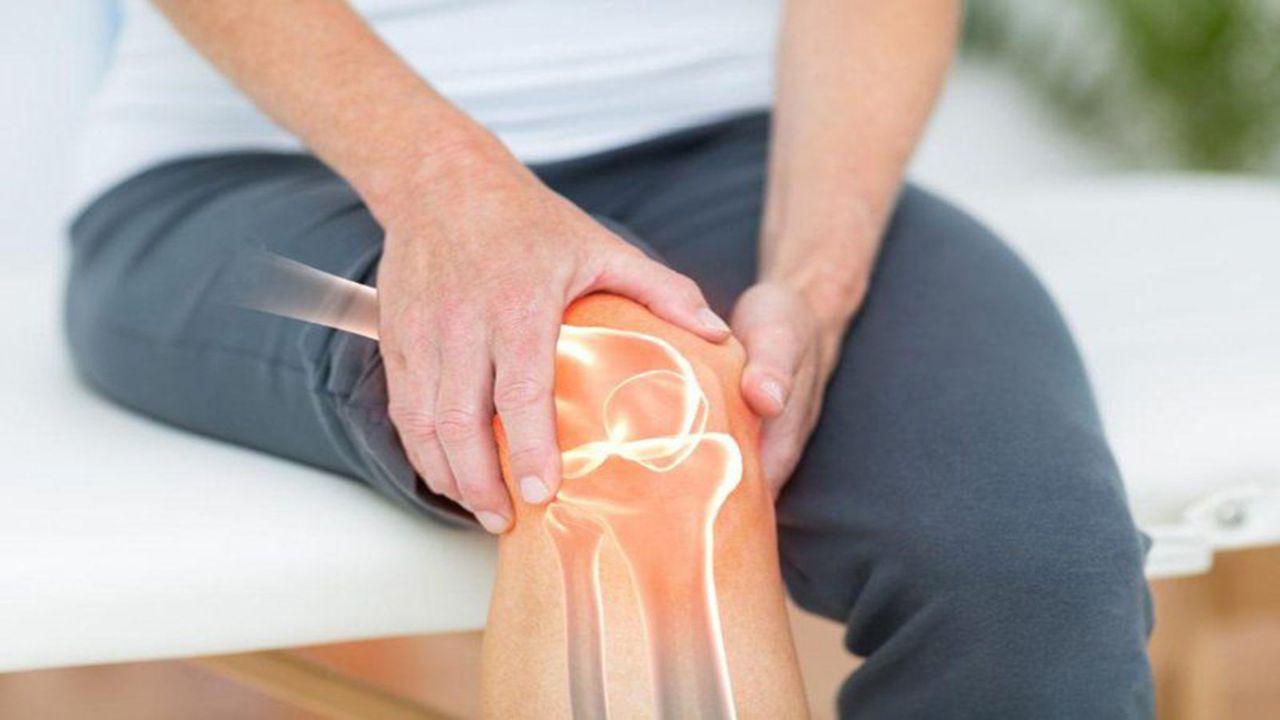 Sưng và cứng khớp, đau nhức khớp không thể di chuyển được là những triệu chứng của khô khớp