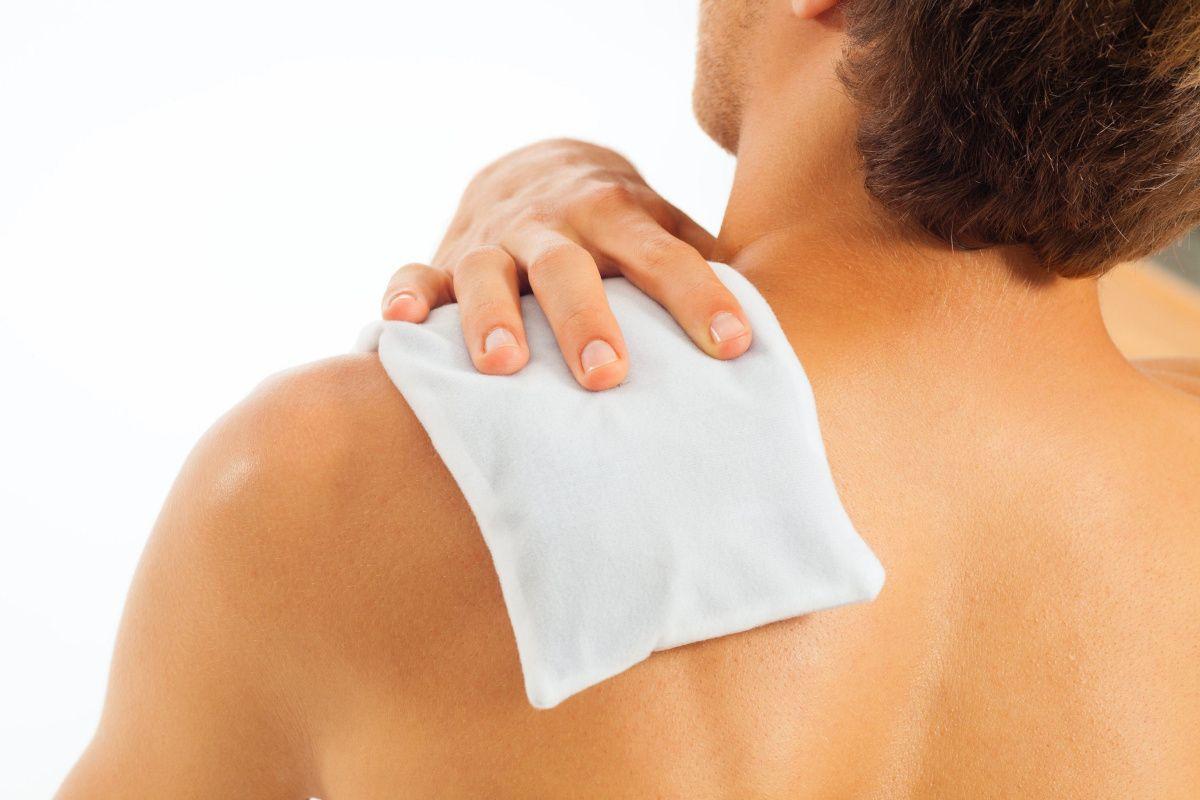 Làm việc với cường độ cao khiến khớp vai bị tổn thương là một trong những nguyên nhân dẫn đến khô khớp vai