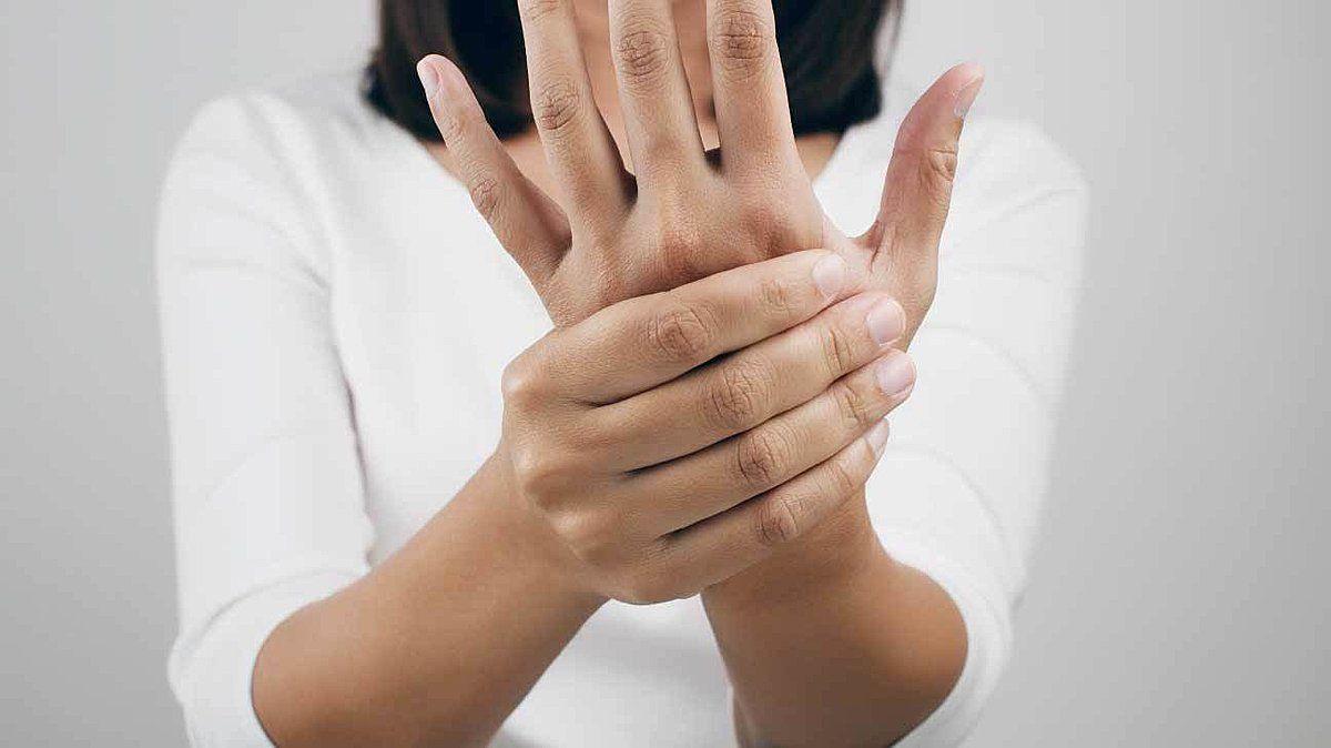 Khi dây thần kinh bị chèn ép sẽ gây tê bì chân tay, ngứa nóng khó chịu, cơ bị co lại và thấy khó khăn khi vận động