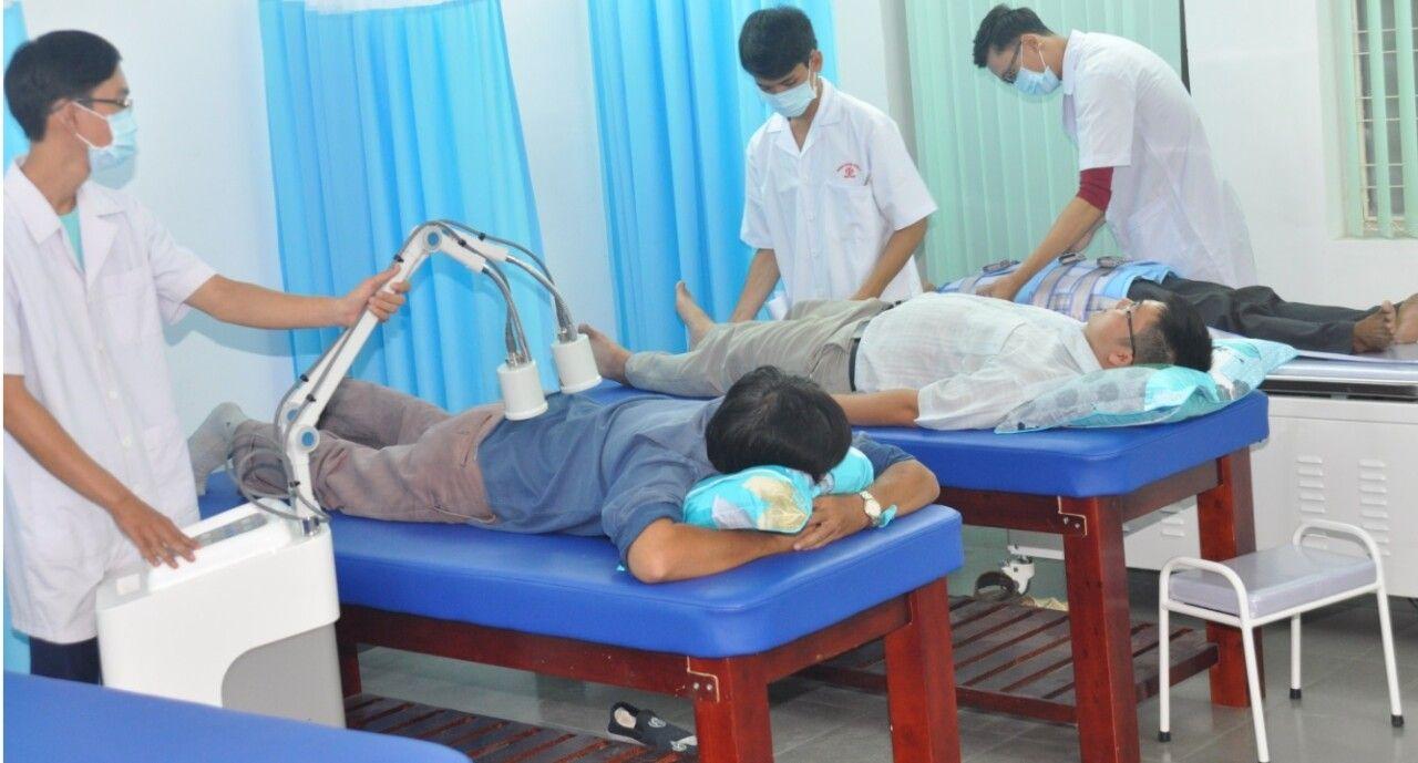 Thực hiện vật lý trị liệu giúp điều trị bệnh thoái hóa cột sống