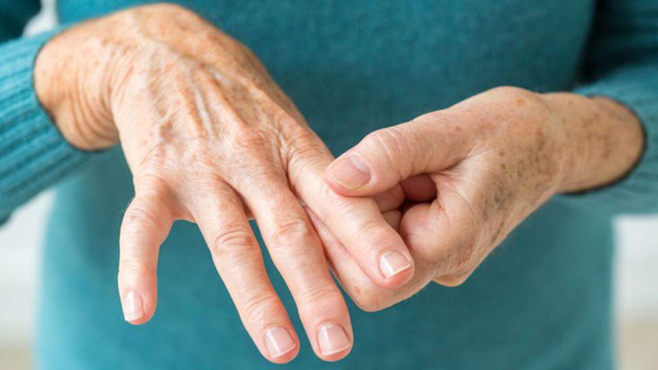Đau khớp kèm sưng, nóng đỏ là những triệu chứng điển hình của viêm đa khớp dạng thấp