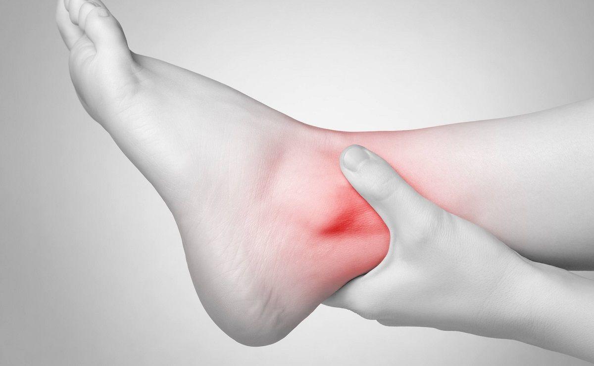 Đau nhức là triệu chứng phổ biến của viêm khớp cổ chân