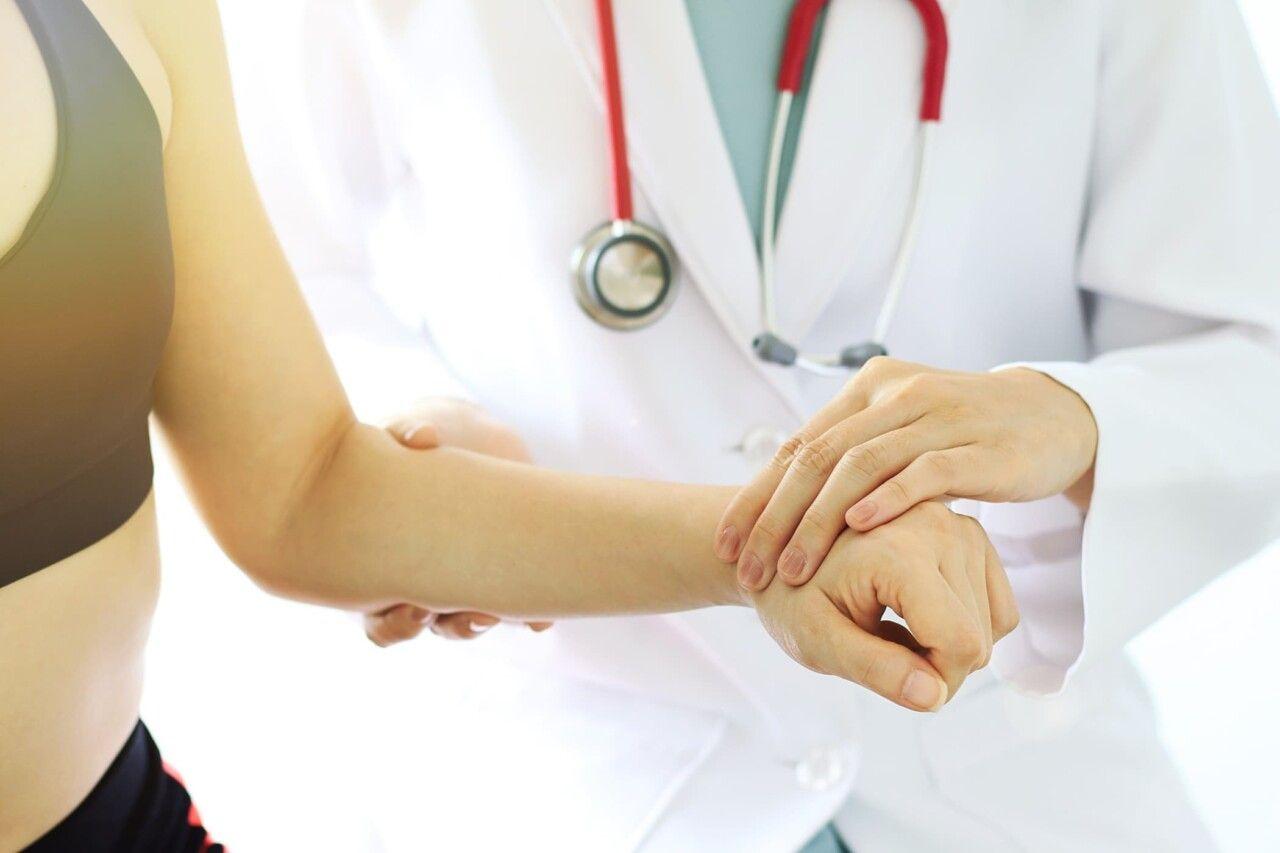 Nguyên nhân gây viêm khớp cổ tay chủ yếu do chấn thương, cổ tay vận động nhiều