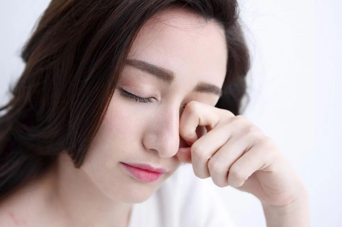 Viêm khớp dạng thấp gây đau, khô, suy giảm thị lực ở mắt