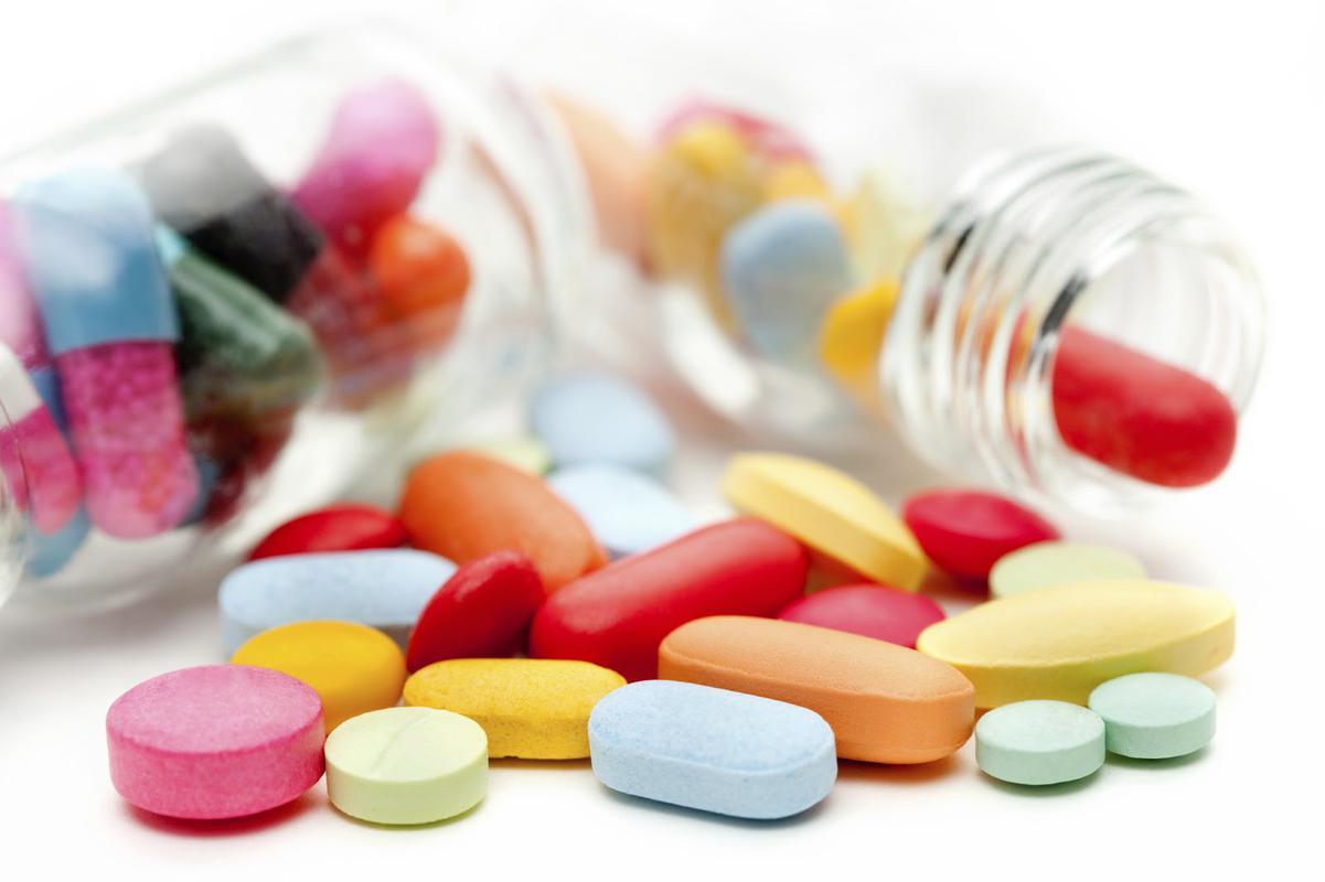 Sử dụng thuốc là một trong các phương pháp hỗ trợ điều trị viêm khớp háng