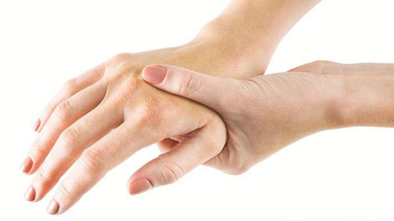 Đau khớp là triệu chứng phổ biến của viêm khớp ngón tay