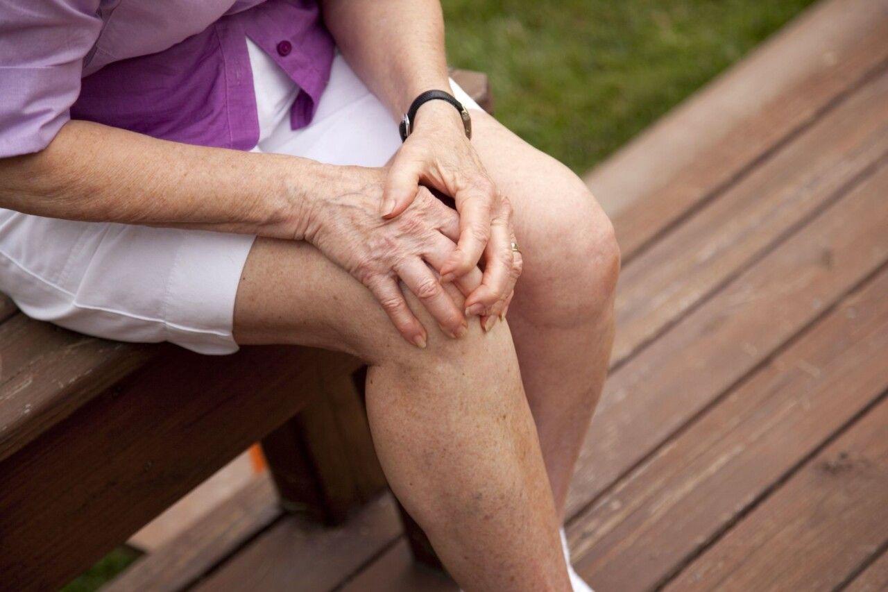 Bệnh nhân mắc viêm khớp thường khó khăn trong việc vận động