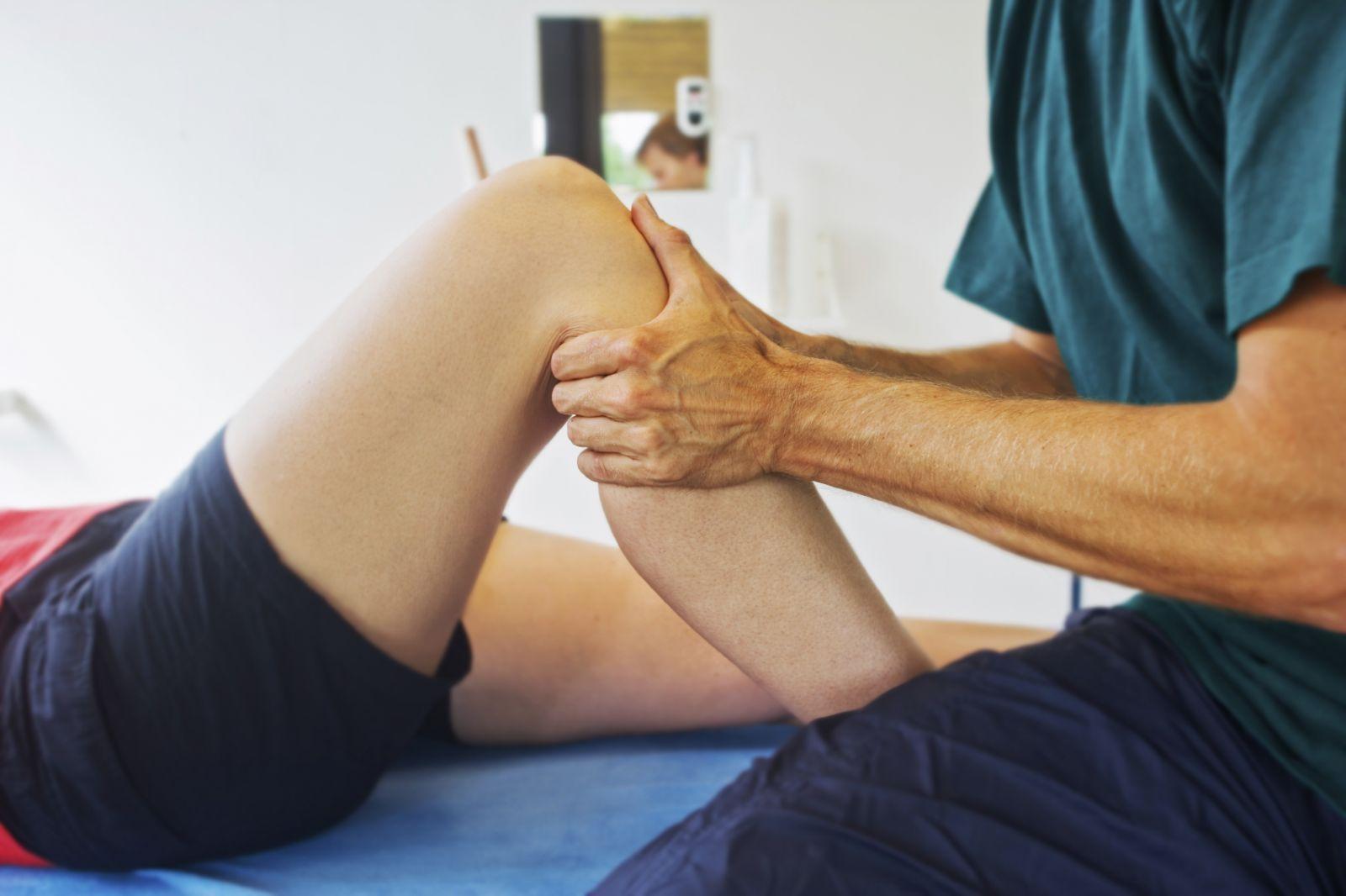 Vật lý trị liệu kết hợp các bài tập phù hợp tốt cho người bệnh viêm sụn khớp gối