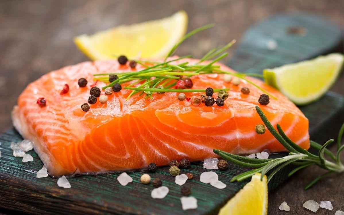 Các loại thực phẩm như cá hồi rất tốt cho người bệnh thoái hóa khớp gối