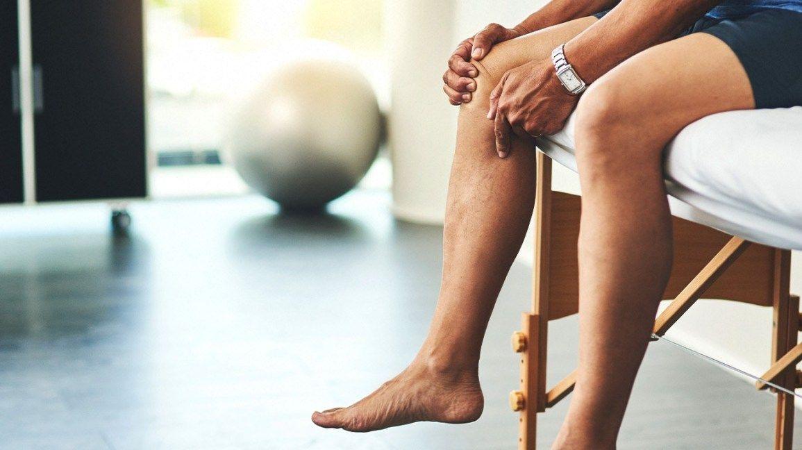 Cứng khớp, đau khớp là dấu hiệu điển hình của thoái hóa khớp gối