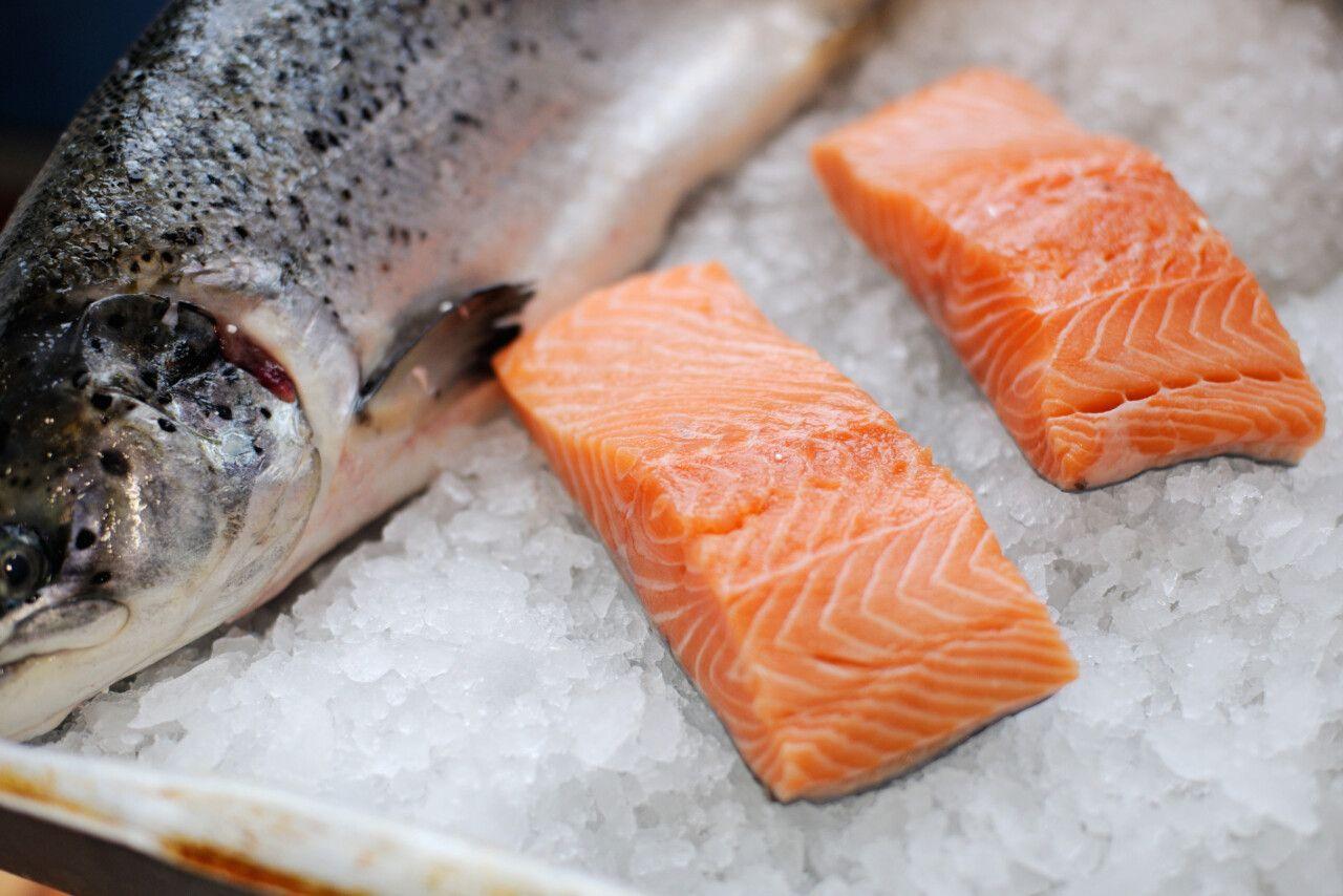 Cá hồi giàu axit béo omega-3 có tác dụng chống viêm