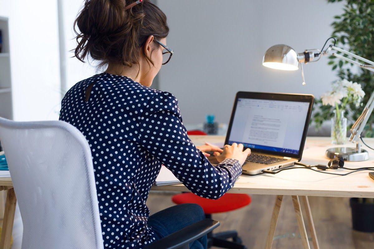Ngồi làm việc sai tư thế trong thời gian dài gây gai cột sống thắt lưng
