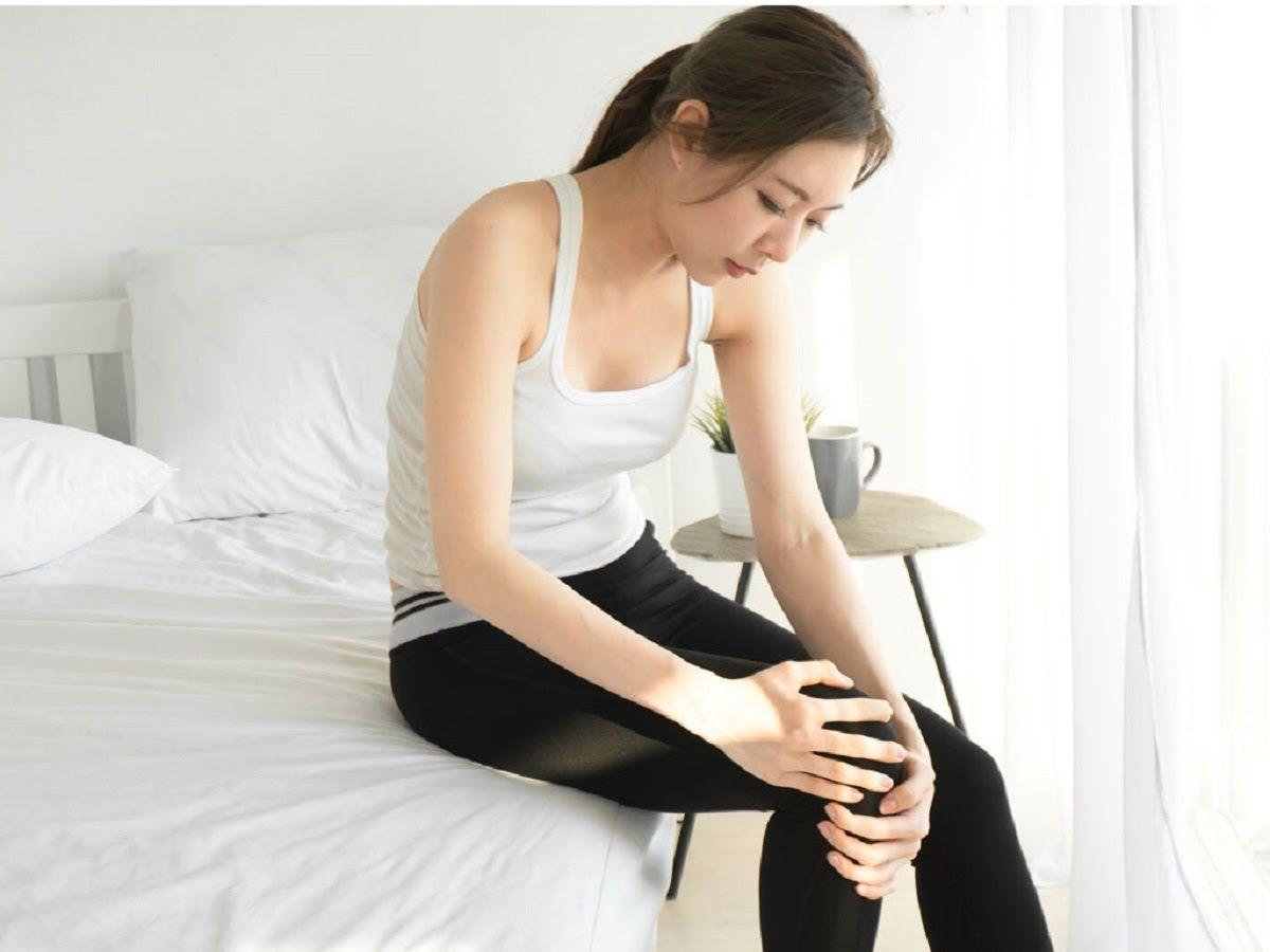 Triệu chứng thoái hóa đầu gối là buổi sáng ngủ dậy sẽ cứng khớp, đau quanh khớp