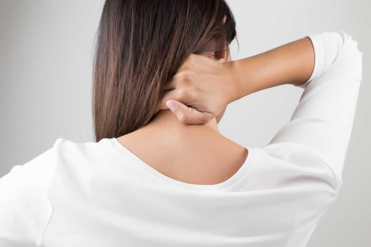 Đau cột sống cổ là triệu chứng điển hình của thoát vị đĩa đệm cổ