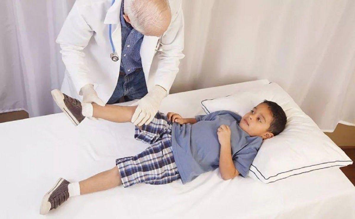 Khi xuất hiện các dấu hiệu viêm khớp háng, trẻ cần được thăm khám kịp thời