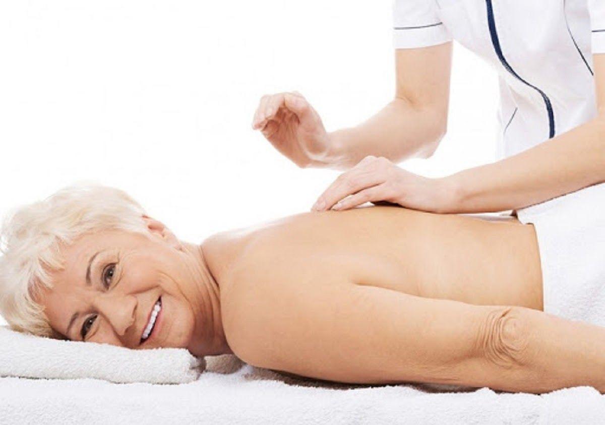 Người đau gai cột sống lưng nên thường xuyên xoa bóp, bấm huyệt