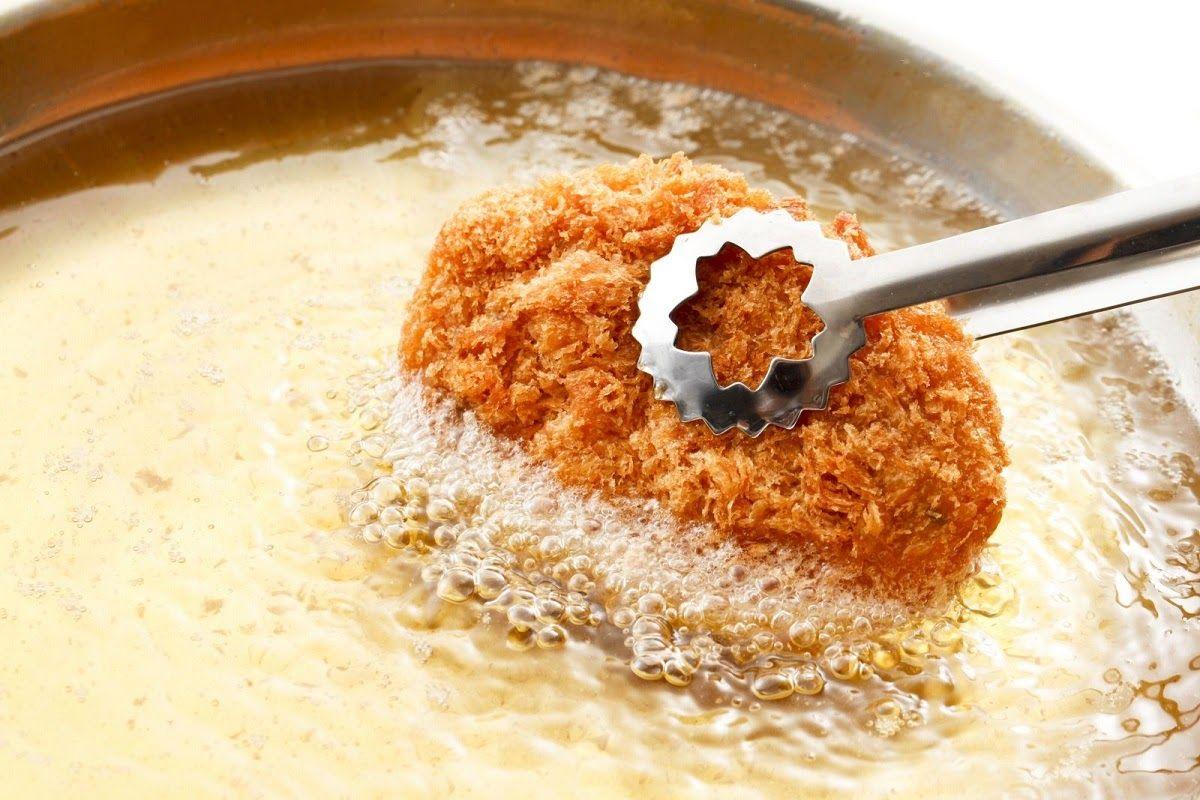 Hạn chế đồ ăn nhiều dầu mỡ vì nó kích thích phản ứng viêm khiến người bệnh đau đớn